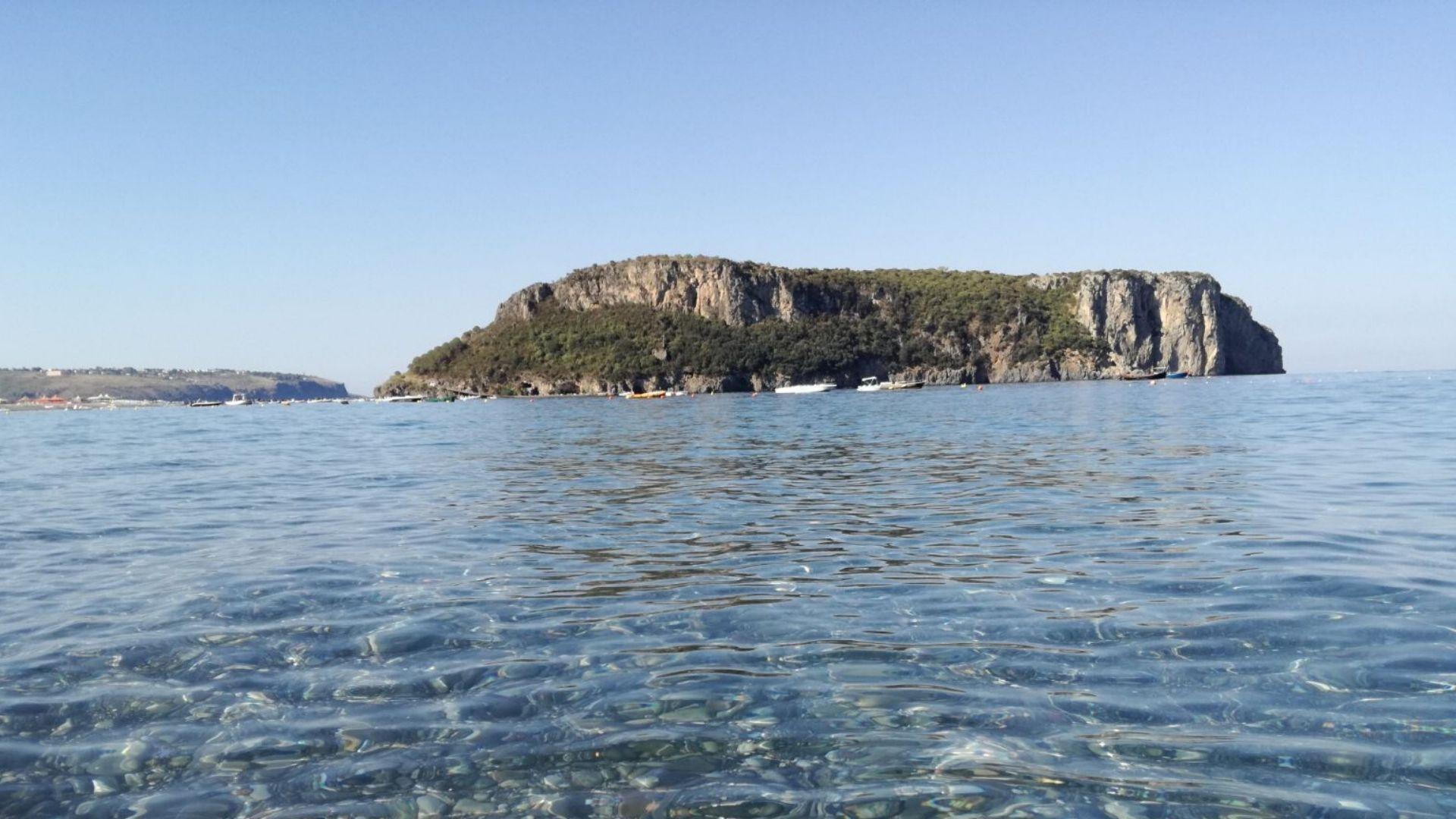 L'Isola Dino difronte al Lido Elisa